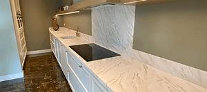 witte keuken met marmer
