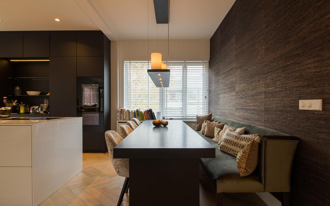 Zwart houten eikenfineer keukentafel