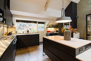 zwart houten keuken