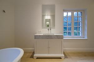 klassieke wandkast wit zijdeglans badkamermeubel