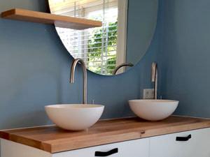 Diverse badkamermeubels op maat, massief eiken met zijdeglans wit